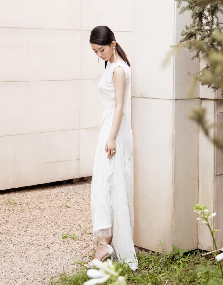 赵丽颖高调回归,身穿白色连衣裙清新淡雅气质好,蓄起长发更温柔