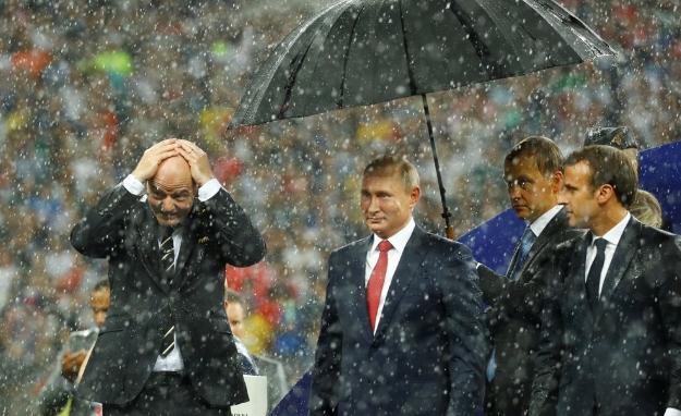 最寒酸的颁奖仪式!没有掌声,国际足联主席递上奖杯转身离开