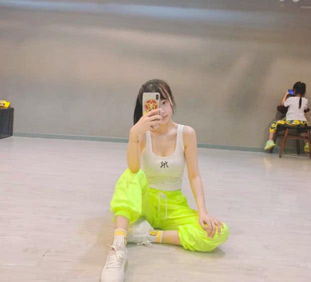 李小璐在练舞,甜馨角落乖巧玩手机,网友:母女俩感情真好!