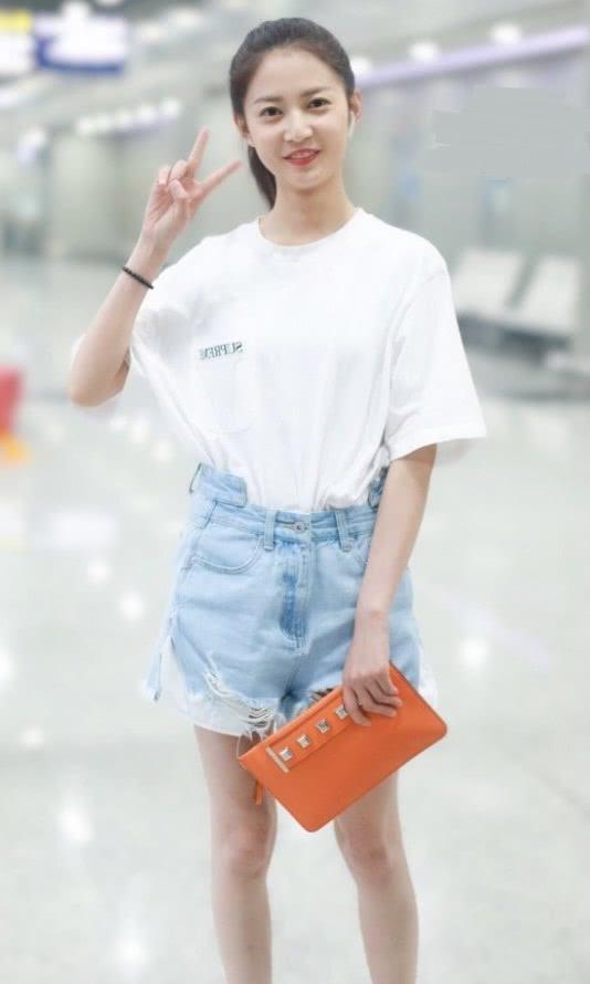 """很佩服陈钰琪的颜,普通白T+牛仔裤,都穿出甜美""""初恋感"""""""