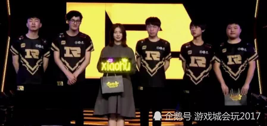 RNG赢下胜利后出现拥有神仙颜值的女粉丝 被称为高配版小米粥