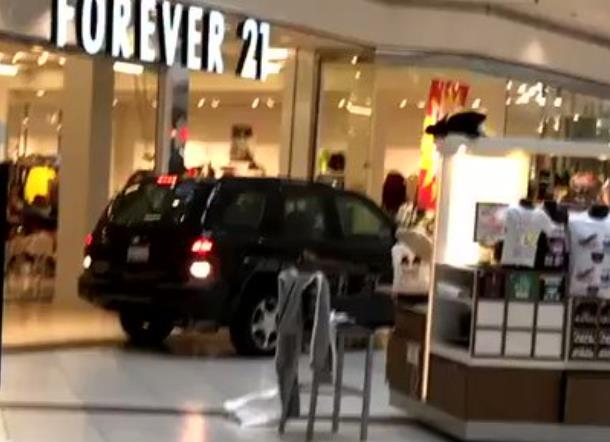 美国男子开车撞破大门、在商场内横冲直撞,民众尖叫躲避
