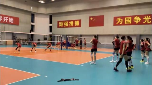 15人减1!5名女排球员站同一起跑线,神秘来宾与郎平谈笑风生