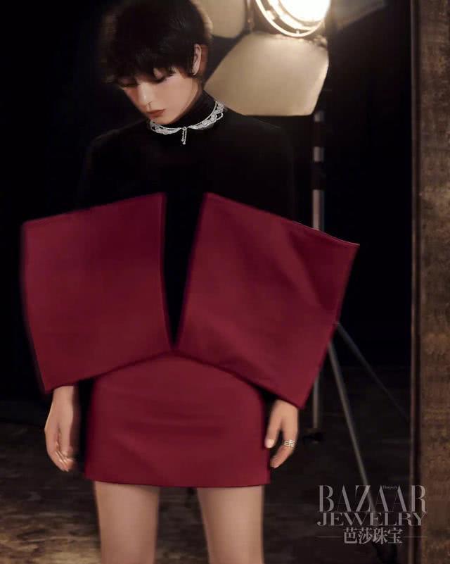 赵薇御姐风短发造型拍大片,迷人优雅够大气,不料与超模刘雯撞衫
