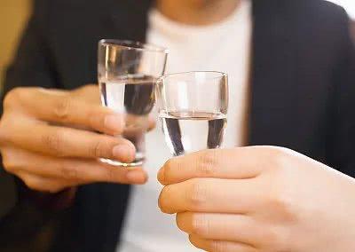 员工下班外出喝酒,在宿舍窒息而亡 家属向公司索赔100万元,合法吗