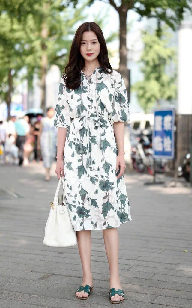 舒适大气的连衣裙也显淑女范,可以穿出时尚女人的魅力风情