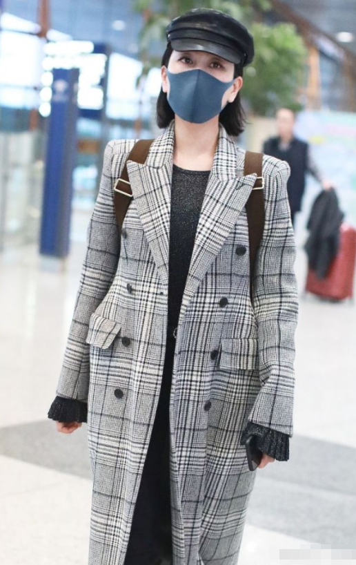 马苏垫肩大衣走机场,大冷天搭半透毛衫配长裤,马漂亮就是敢穿!