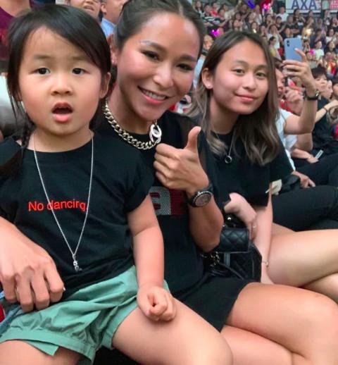 陈慧玲太贤惠,看演唱会不忘带娃,与郑秀文同款嘴形显意外