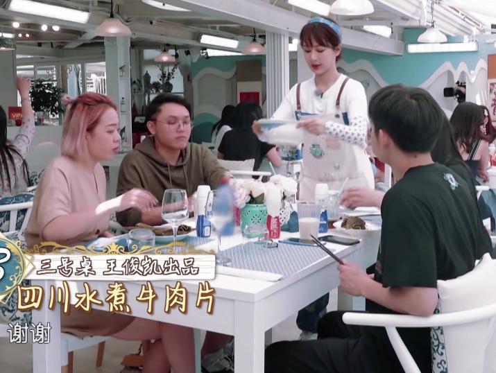 《中餐厅3》最接地气的嘉宾,小腿被油烫伤,她直接用大酱敷上