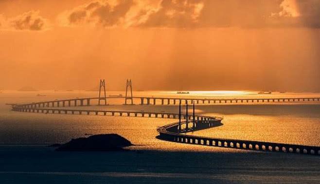 港珠澳大桥耗千亿建造,过路费一天能收多少?120年都回不了本