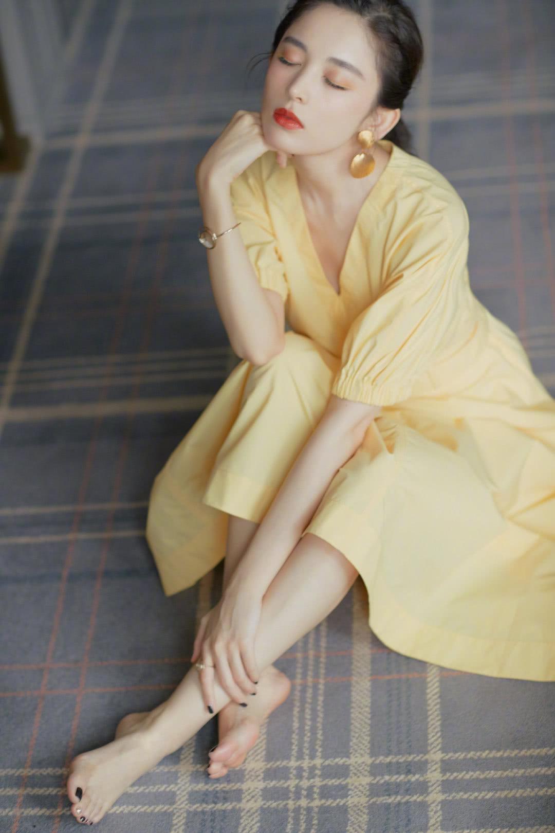 """古力娜扎""""奶黄包""""色的连衣裙,适合夏天的你"""
