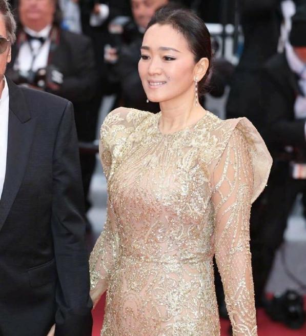 巩俐参演《中国女排》遭反对,看到她在片场举动后,网友一片称赞