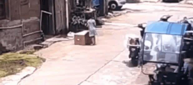轿车直接碾过路边纸箱,不料里面有个孩子…