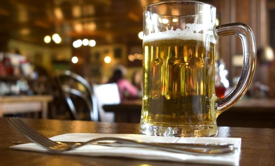还在喝国产廉价啤酒?看看配料是啥,网友:喝错了几十年!