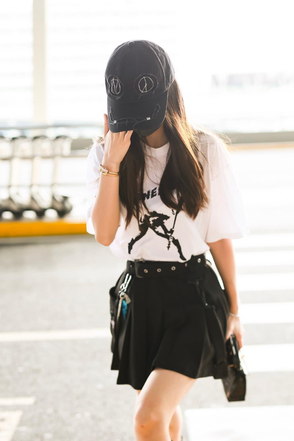 杨颖哪像孩子妈,穿T恤短裤配长筒靴,比18岁大学生更有少女感