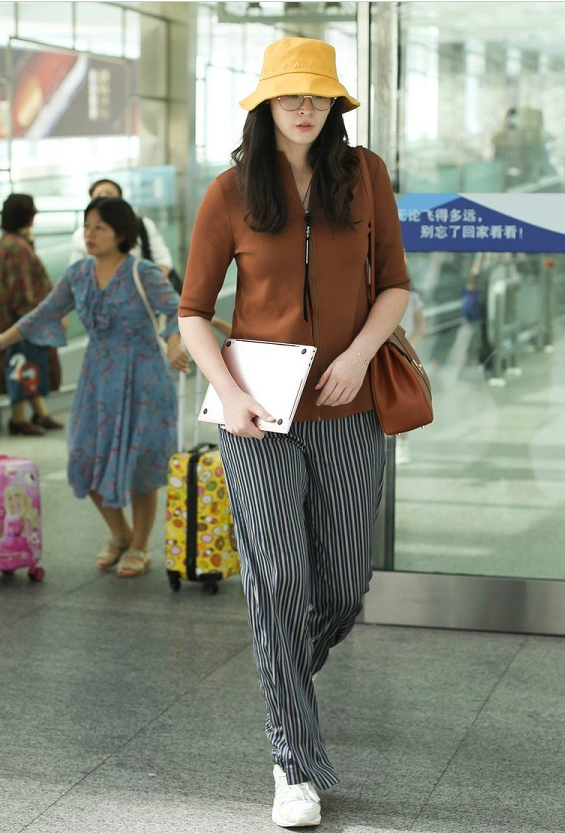 <b>惠若琪穿针织衫阔腿裤亮相机场,身材高挑,完全就是潮人一个!</b>