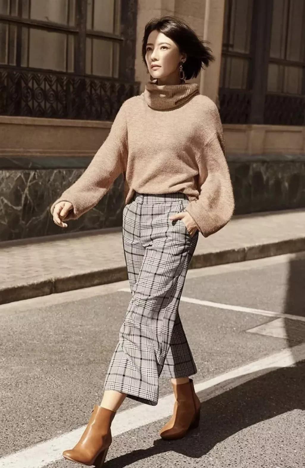 针织衫咋穿才时髦?倪妮搭牛仔裤显腿长,杨幂配阔腿裤秀丰满身材