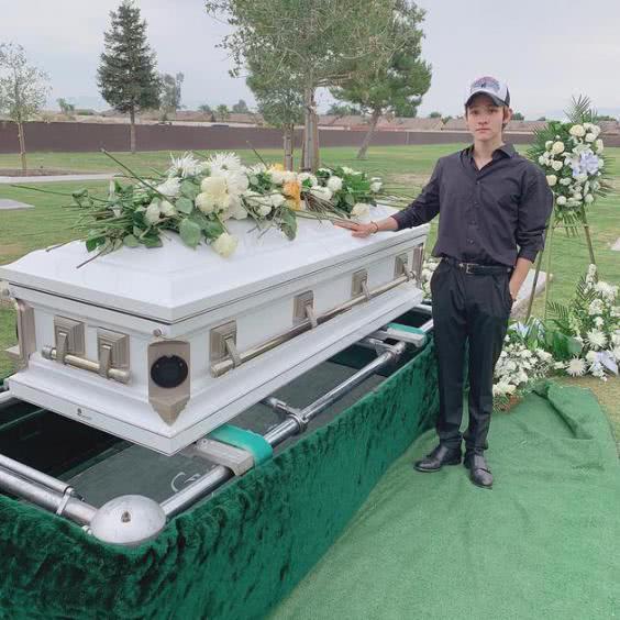 韩国17岁小鲜肉父亲遇害,曾与汪苏泷春晚同台,墓前留影显落寞