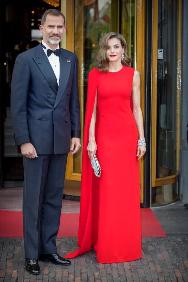两位王室媳妇穿衣风格相似效果却大不同,西班牙王后飒爽凯特淑女