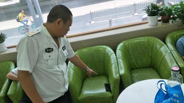 男子把朋友的手机落在医院大厅 热心人捡到后及时送还