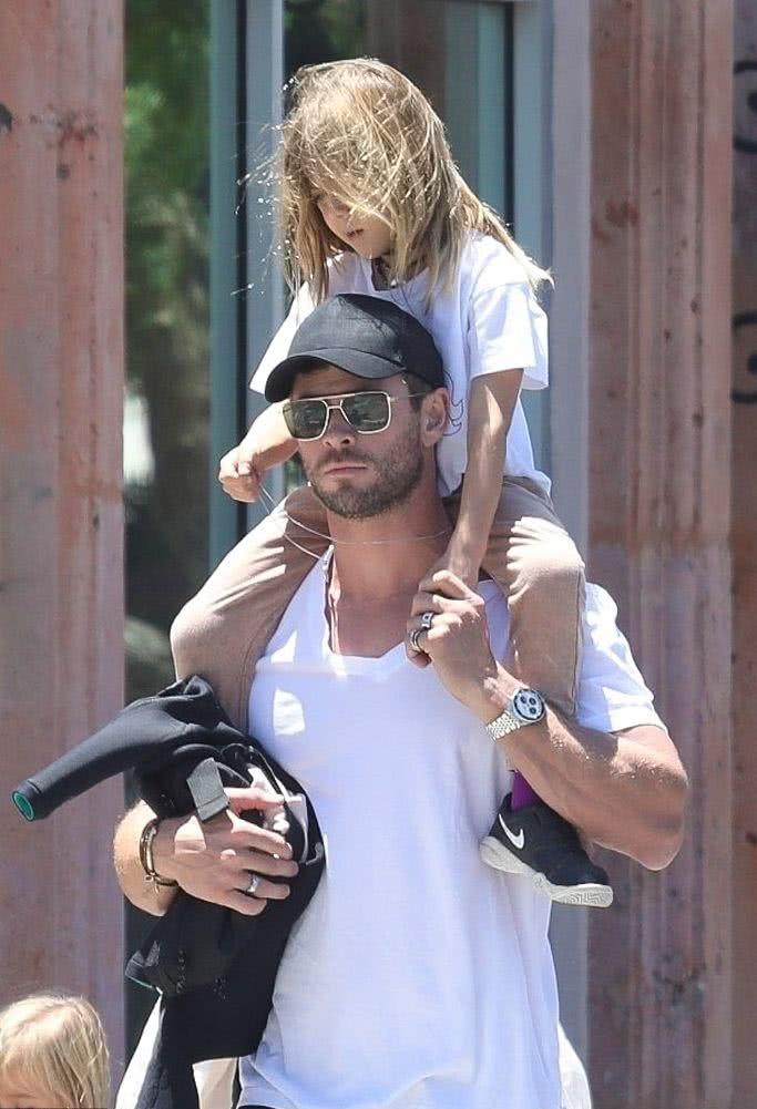 锤哥女儿奴太明显:让闺女骑肩头,儿子干看着!