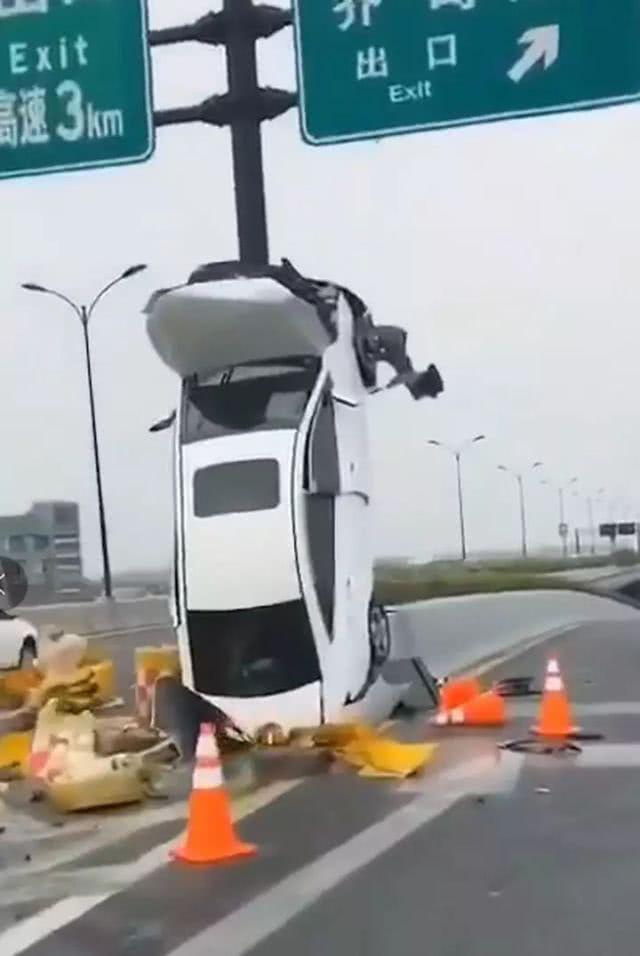 """<b>把车垂直开上标志杆,怪""""女司机""""?</b>"""