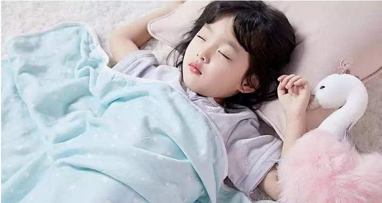 孩子睡醒后你会立刻抱起吗如果有这几种表现,说明孩子智商高