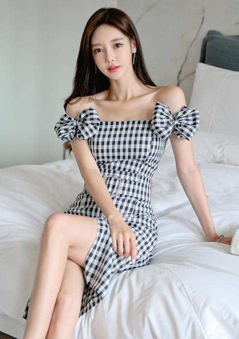黑白格子连衣裙,一字肩加精致的蝴蝶结,田园风下的浪漫与气质