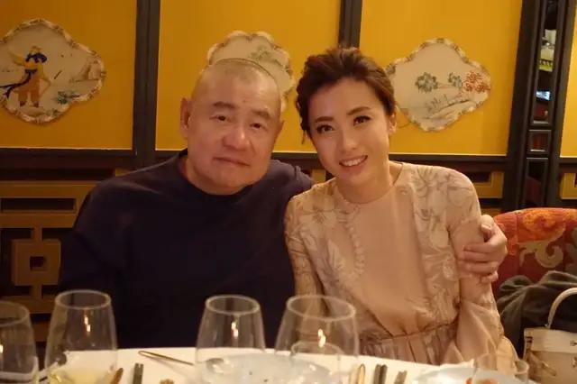 两个香港女富豪:一个向左,一个向右