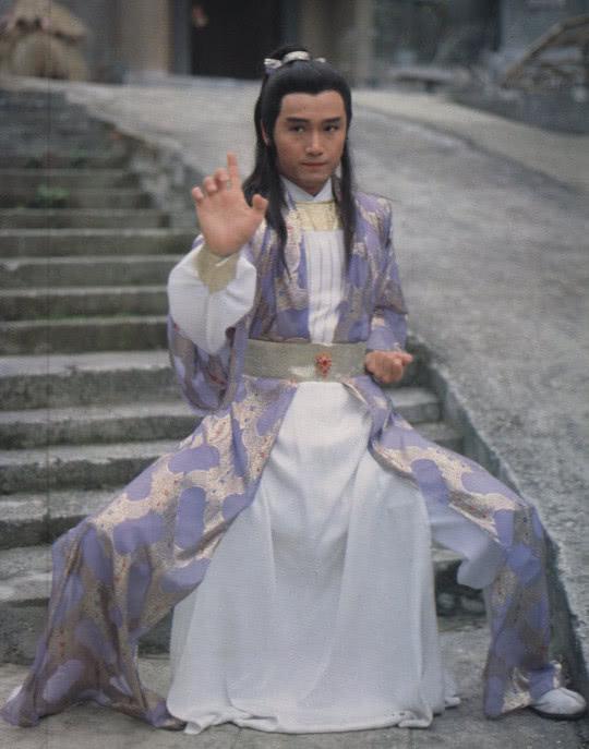 杨康与杨过都讨厌全真教的道士,连骂词都相同,确认过是亲父子