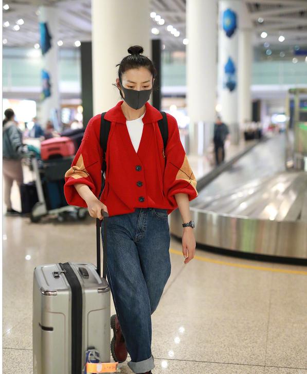 刘雯穿红色外套搭配牛仔裤,潇洒自在,颜值任性女王范十足!