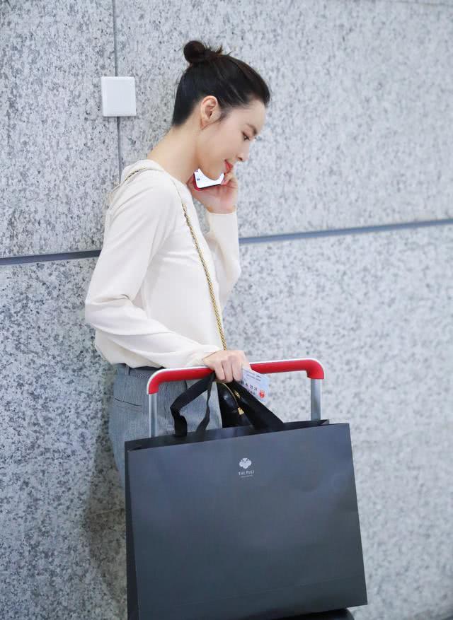 张静初机场大秀少女感,白T短裤红皮鞋休闲时髦,美得不似39岁