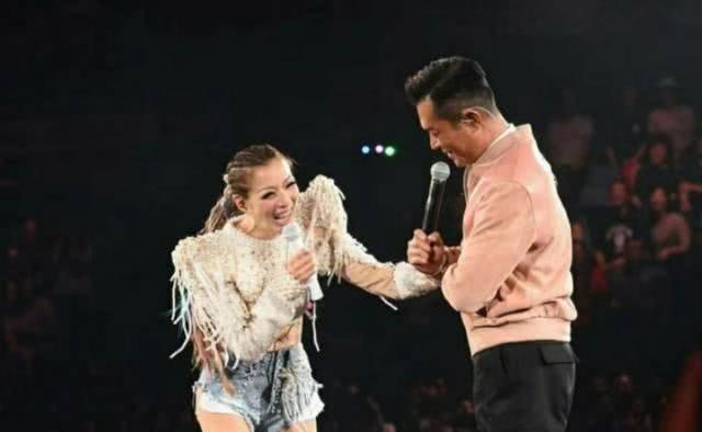 TVB名嘴主持在郑秀文演唱会后台见到王嘉尔 秒变小迷妹狂集邮