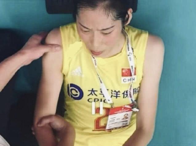 3:0力克日本后,朱婷负伤倒地,表情痛苦让人心疼