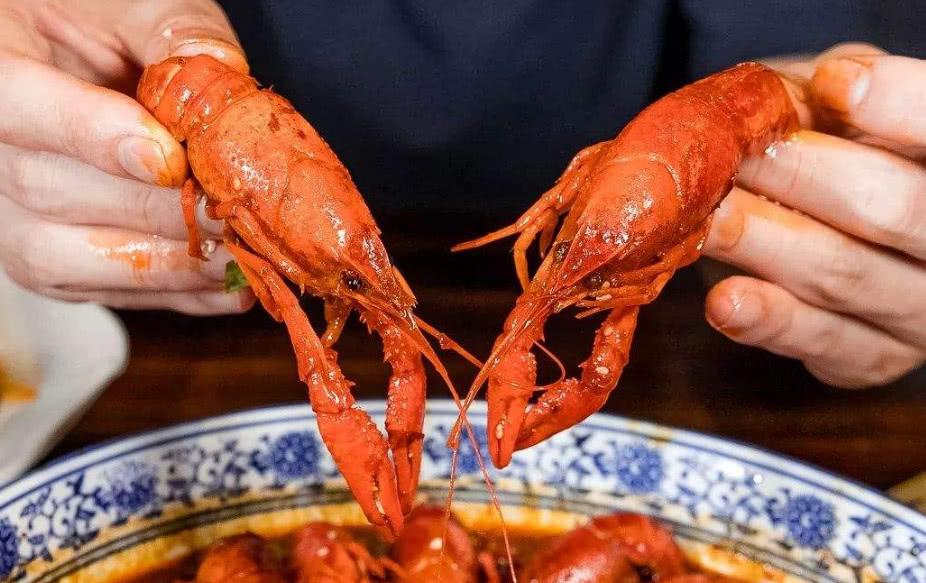 小龙虾剥虾师月入上万,看到这个要求后,网友直呼:这谁敢去!
