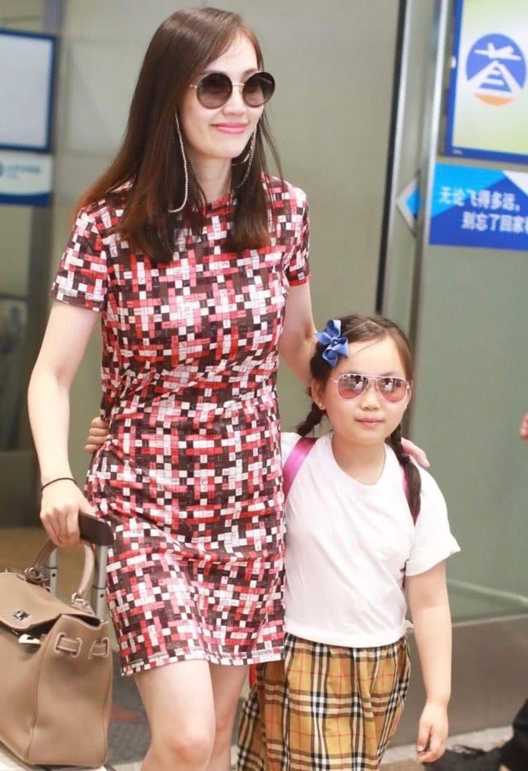 马蓉嘲讽王宝强新女友后心情大好,牵女儿手带超重行李去旅游