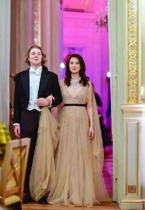华为老总21岁女儿,气质出众不比明星差,和王子跳舞太高贵