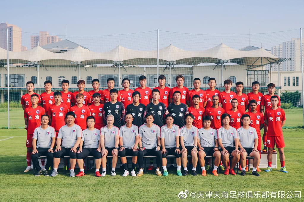 津媒:天海穿赢球战袍拍摄全家福 球队士气高昂望保级