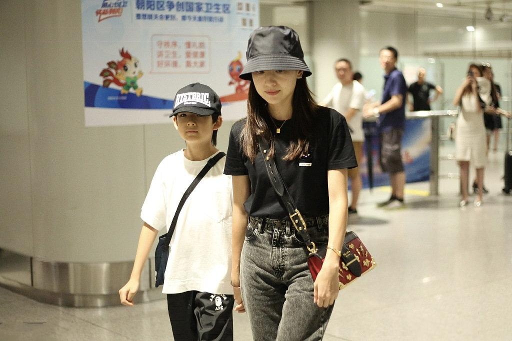 董洁罕见带儿子走机场,母子同穿黑白配,10岁顶顶脱俗气质像妈