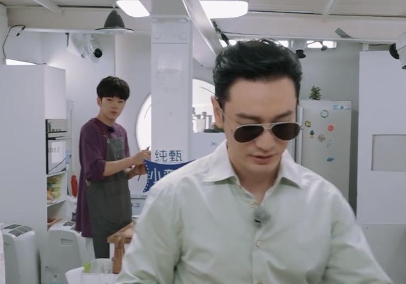 戴着墨镜做早餐?网友喊话黄晓明:咱能别装了嘛!