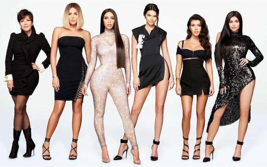 <b>卡戴珊姐妹亮相,二姐穿斜肩裙优雅,妹妹凯莉抹胸裙身材更胜一筹</b>