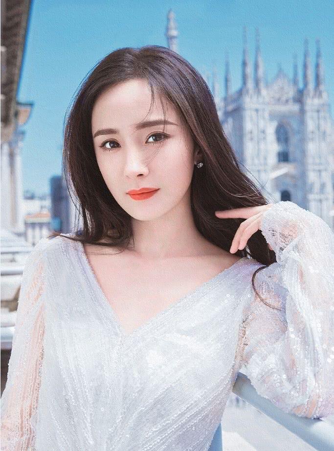 杨幂算是美到没朋友了,一袭白色网纱裙现身,洋气又高级!