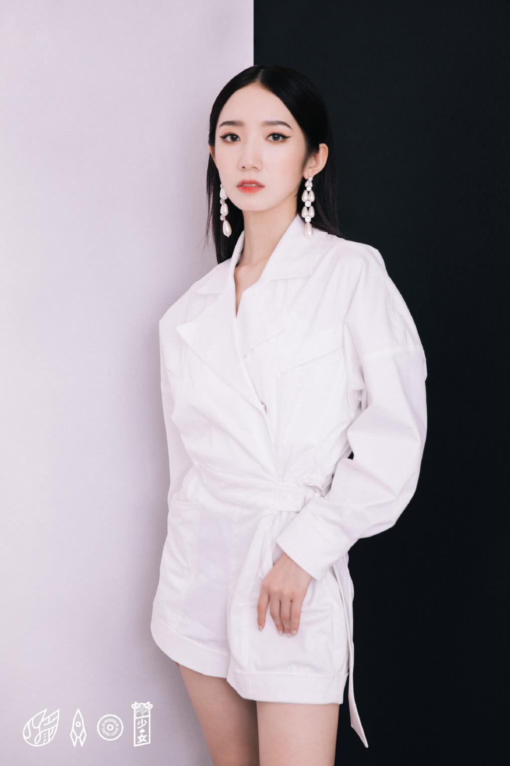 <b>火箭少女现身《明日之子》,杨芸晴挑战露肩造型,吴宣仪变朋克范</b>