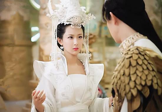 同戴流苏发冠,安以轩最霸气,刘涛最夸张,到何花:太邪恶了!