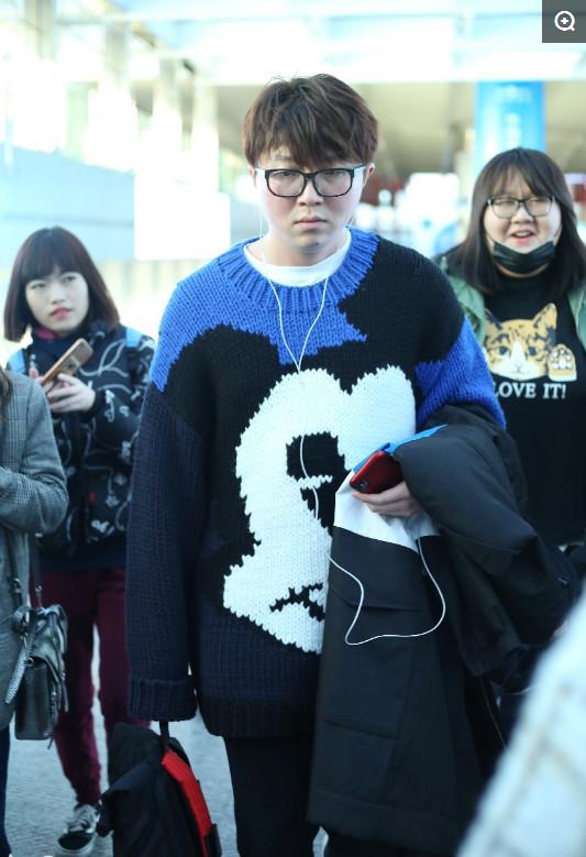 【来之不易】毛不易:现身机场,呆萌表情搭米老鼠毛衣,网友:反差萌!