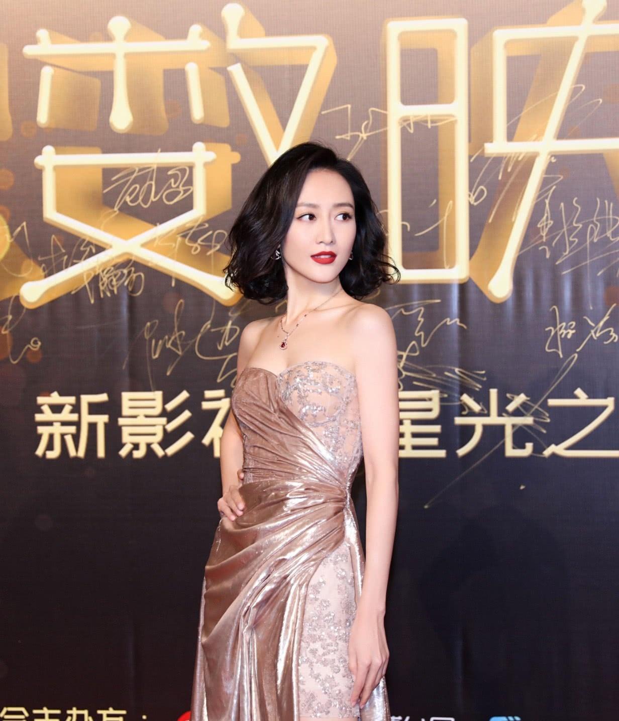 王鸥得罪造型师了着金色开衩长裙亮相,搭配发型仿佛变老十岁