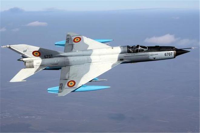 美机偷偷潜入此国,飞行员发射2枚导弹无果,径直撞向美战机