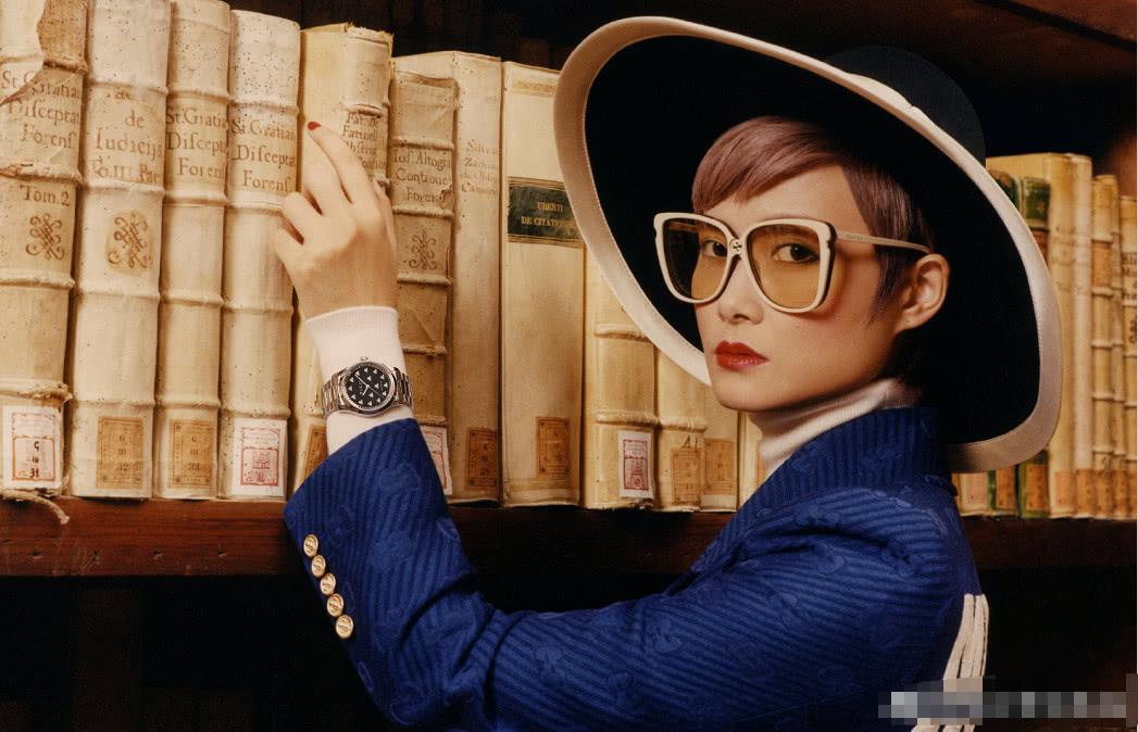 李宇春最新大片戴猫眼墨镜时尚又贵气,30多度高温穿貂皮太敬业
