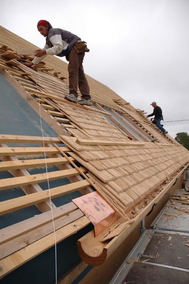 农村自建房还铺啥水泥瓦?国外屋顶全铺的木板,一年四季都不漏雨