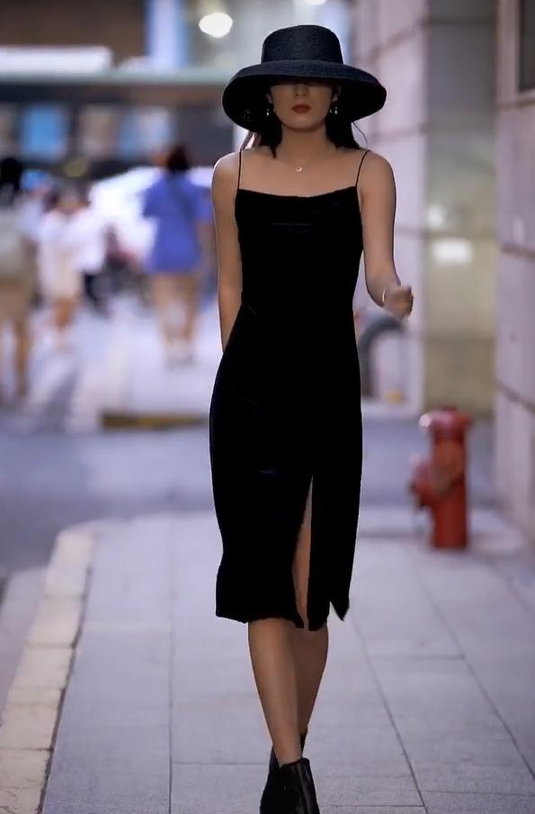 """她是罕见的""""方脸美女"""",黑帽+黑吊带裙,比蛇精脸高级10倍!"""